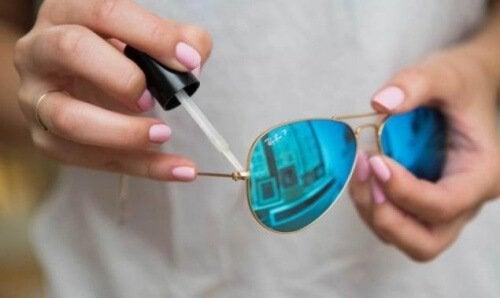 Fissare le viti degli occhiali con lo smalto