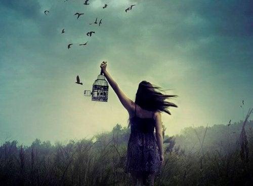 Ragazza-che-libera-uccelli-dalla-gabbia noi stessi