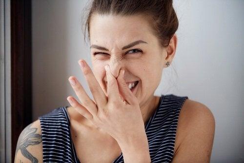 Ragazza si tura il naso cattivo odore