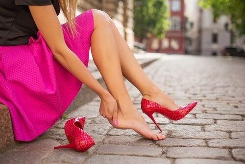 12 trucchi per evitare il mal di piedi provocato dalle scarpe