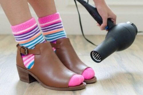 Il calore dell'asciugacapelli aiuta a modellare le scarpe e a prevenire il mal di piedi