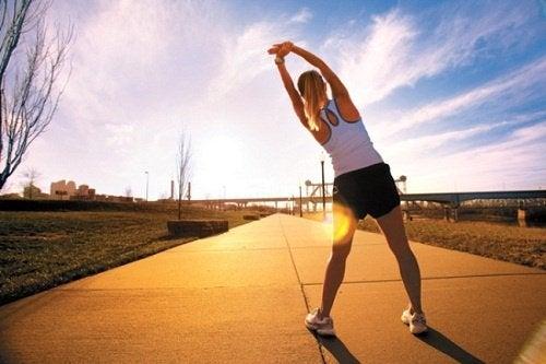 Fare movimento aiuta a ridurre il gonfiore ai piedi