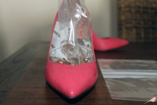 Uno dei rimedi per eliminare il mal di piedi provocato dalle scarpe è allargare la scarpa con una borsa del ghiaccio