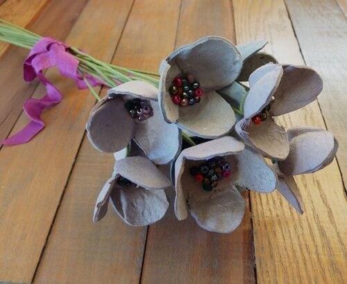 cartoni-delle-uova-trasformati-in-fiori-finti