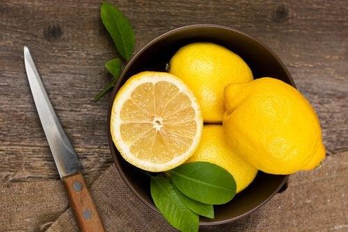 ciotola con limone tagliato a metà