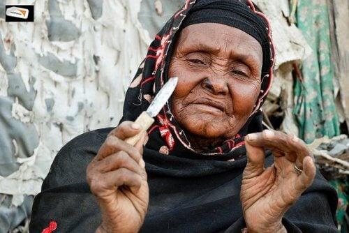 donna-africana-che-pratica-mutilazione-genitale-femminile