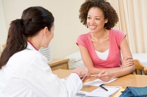 donna-dal-medico-per-combattere emicrania cronica