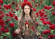 dimostrare donna-tra-le-rose-rosse-con-specchio