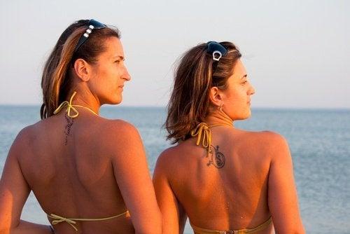 ragazze che prendono il sole tumore della pelle