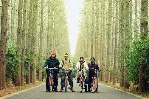 famiglia in bicicletta marito