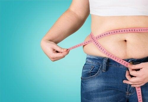 Donna con grasso nella pancia