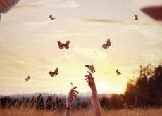mani-con-farfalle lasciar perdere