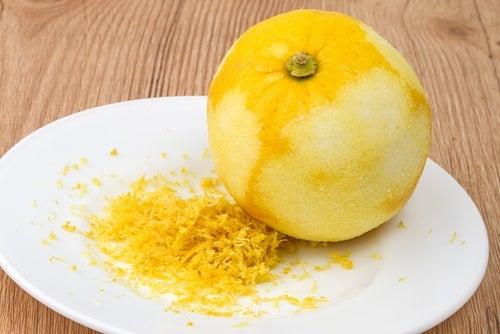 piattino con scorza di limone grattugiata