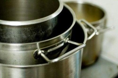 Pulire le pentole con i fogli di alluminio