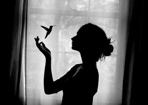 donna con colibrì