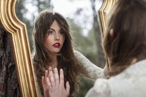 ragazza-con-le-mani-sullo-specchio