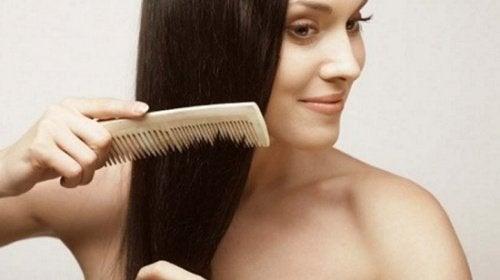 ragazza-si-pettina-i capelli