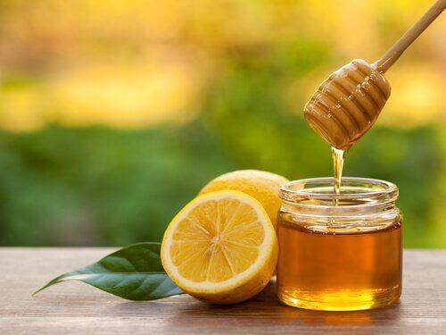rimedio acqua tiepida e miele