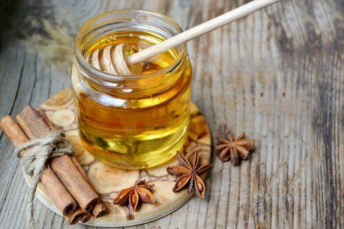 vasetto acqua tiepida e miele e cannella