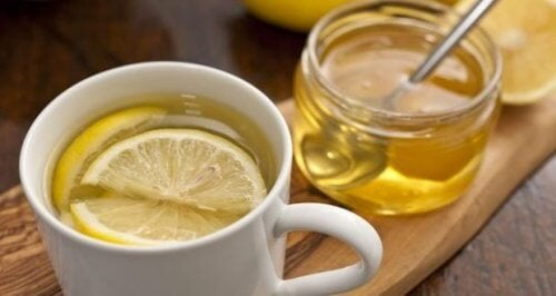 Tazza con tisana al limone e miele