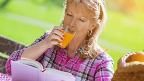 donna-che-beve-succo