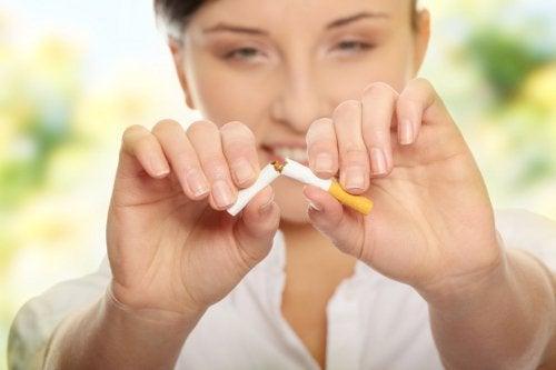 Donna spezza sigaretta