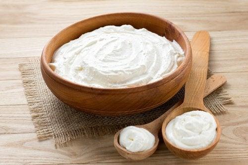 coppetta con yogurt naturale