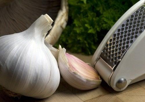 schiacciare l'aglio