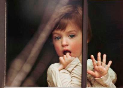 bambina-dietro-la-finestra