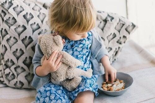 bambino con orsetto