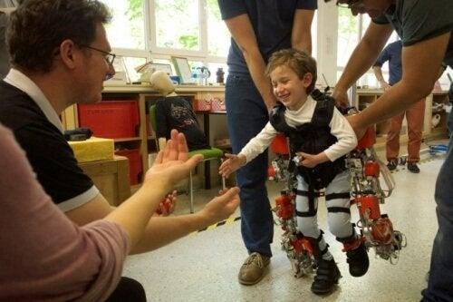 L'esoscheletro che permette ai bambini paraplegici di camminare