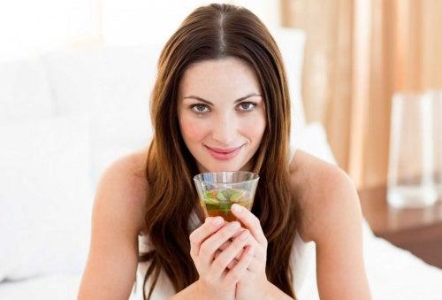 donna-che-beve-limonata-al-te-verde