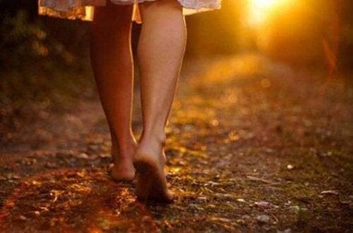 Donna che cammina a piedi nudi