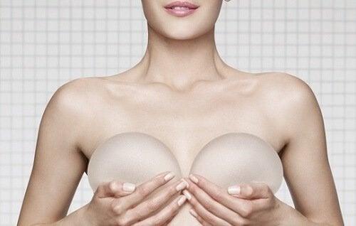 Donna con protesi di silicone per il seno