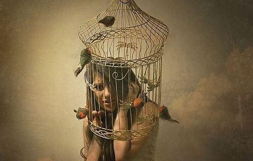 donna-dentro-una-gabbia