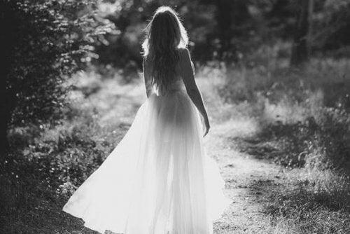 donna-in-abito-chiaro-che-passeggia