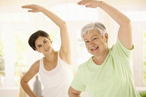 dolore del collo - donne che praticano esercizio fisico
