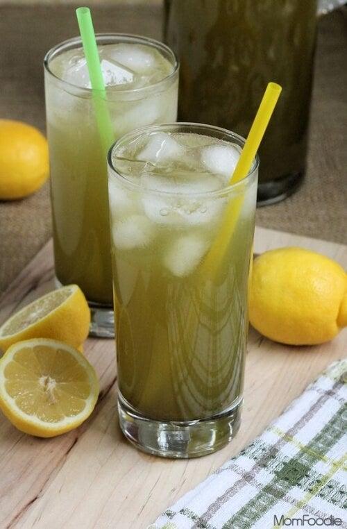 due-bicchieri-di-limonata-al-te-verde