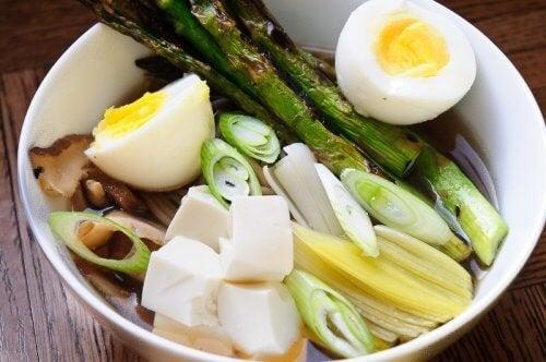 porri-con-uova-e-verdure-in-brodo