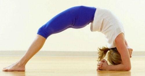 5 posizioni yoga per alleviare ansia e stress