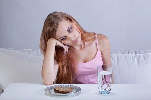 Donna con pane e acqua