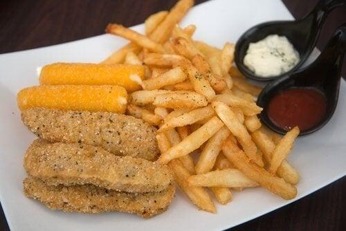 Mangiare fritti, una delle abitudini alimentari che danneggiano il viso