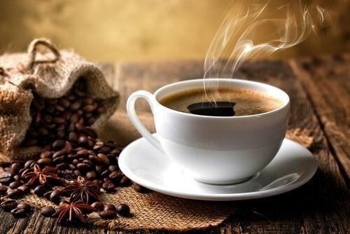 tazzina con caffè e chicchi