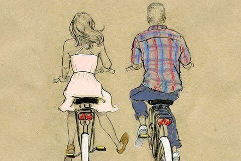 Coppia che va in bici