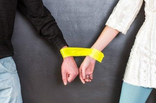 Coppia con le mani legate