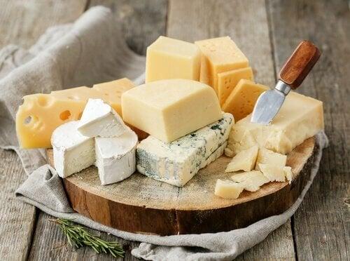 formaggi assortiti su tagliere