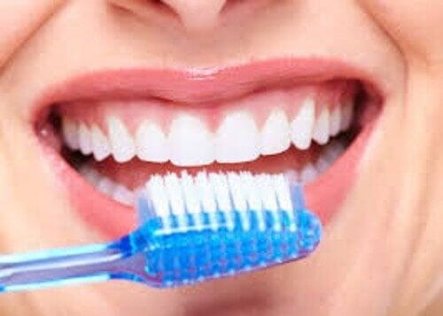 fantastici usi del bicarbonato di sodio - Lavarsi i denti
