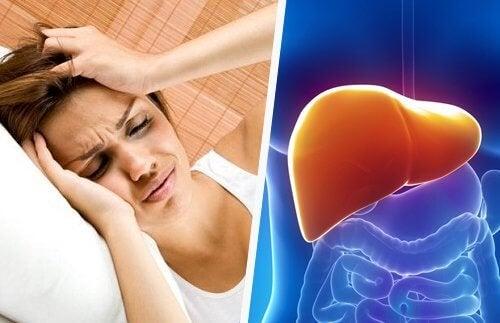 Donna con mal di testa dovuto a sovraccarico del fegato