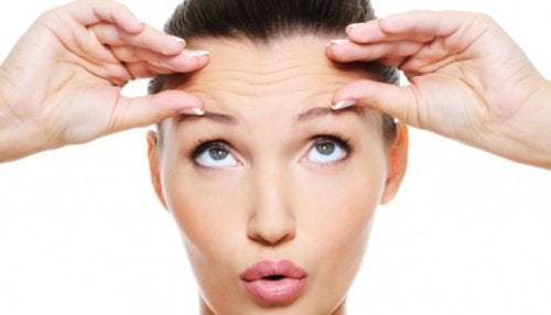 Donna esegue esercizio per prevenire la comparsa delle rughe sulla fronte