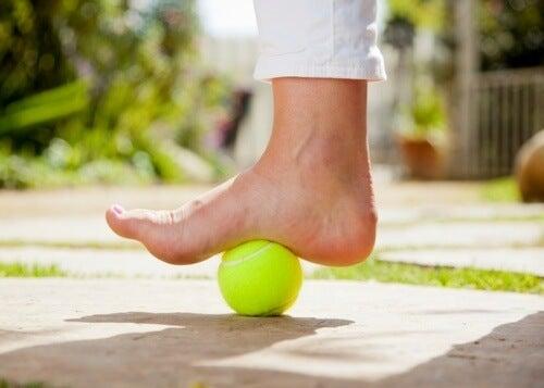Usare una pallina da tennis per alleviare il dolore della fascite plantare